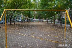 1000 дворов 2014 год. Екатеринбург, двор, детская площадка, сетка для ворот, дворовый футбол