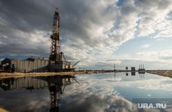 Нефтяная буровая. Ноябрьск, облака, буровая вышка, водоем, отражение, нефтяная вышка, добыча нефти, нефть