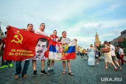 Болельщики на Никольской и Красной площади. Москва, красный флаг, спасская башня, красная площадь, сербские болельщики, за родину за сталина