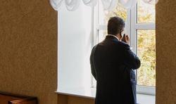 Украина. Петр Порошенко. Военные, коридор, разговор по телефону
