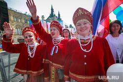 Первомайская демонстрация профсоюзов на Красной площади. Москва, первомай, демонстранты, женщины в национальных костюмах