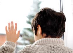 Клипарт depositphotos.com, мальчик в окне, рука на стекле, ребенок на подоконнике