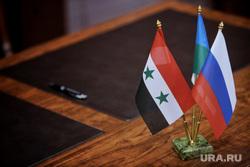 Подписание соглашения о сотрудничестве между правительством ХМАО и сирийской провинции Хомс. Ханты-Мансийск, флаг россии, флажки, флаг сирии