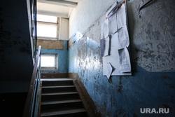 10 и 12 военные городки. Богандинка, подъезд дома, обшарпанная стена