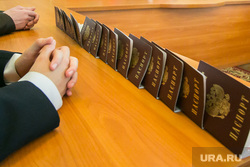Акция «Мы граждане России!». Вручение паспортов гражданина РФ главой города. Курган, сложенные руки, паспорт гражданина рф, совершеннолетие, сложа руки не сидим