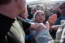 «Перекличка» в сквере на Октябрьской площади. Екатеринбург, толпа, пенсионерка, перекличка на октябрьской площади