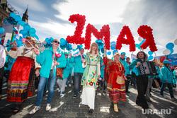 Первомайская демонстрация профсоюзов на Красной площади. Москва, первомай, 1мая, демонстранты, люди в национальной одежде