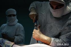 Операция на позвоночнике в Сургутской клинической травматологической больнице. Сургут, операция, руки хирурга, медицина