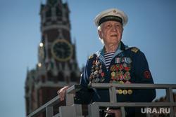 Парад Победы на Красной площади. Москва, спасская башня, моряк, ветеран, медали, 9 мая
