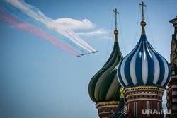 Парад Победы на Красной площади. Москва, купола храма, храм василия блаженного, авиашоу, 9 мая, парад победы, триколор