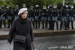 Задержания участников митинга против пенсионной реформы в Екатеринбурге, пенсионерка, старость, бабушка, полиция, оцепление, пенсионный возраст