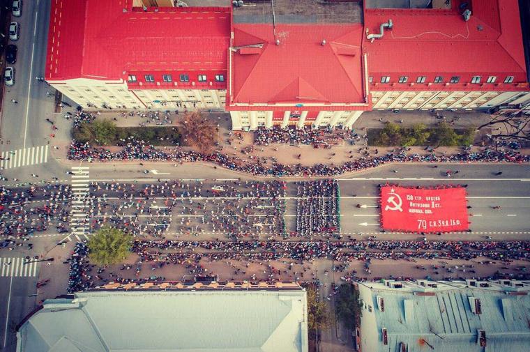 Первый парад Победы, который принимал губернатор Моор, прошел при ажиотаже. Фоторепортаж из Тюмени