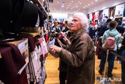 Очереди в магазине UNIQLO в Меге. Екатеринбург, пенсионерка, бабушка, шопинг, магазин одежды