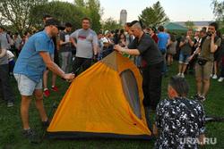 Палатки у театра драмы, установка палатки