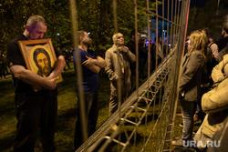 Ночной протест против строительства  храма святой Екатерины в сквере около драмтеатра. Екатеринбург, икона, протест, образ, храм на драме, сквер на драме
