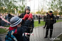 Акция против строительства собора святой Екатерины на территории сквера у Театра драмы. Екатеринбург, ребенок, росгвардия, протест, ограждение, сквер на драме, храм на драме