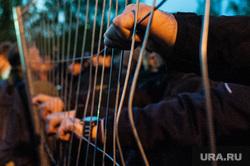 Акция против строительства собора святой Екатерины на территории сквера у Театра драмы. Екатеринбург, решетка, ограждение, протест, руки