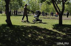 Территория сквера у Театра драмы (НЕОБРАБОТАННЫЕ). Екатеринбург , прогулка, мама с коляской, сквер на драме