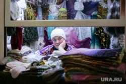 Новогодняя ярмарка на Красной Площади. Москва, ларек, платки, торговля, теплые вещи, шали