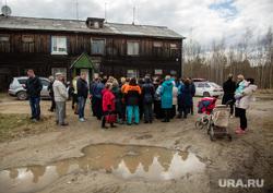 Рабочий визит Члена Центрального штаба ОНФ Калининой Светланы в поселок ГПЗ. Сургут , бездорожье во дворе, лужа, грязь, поселок гпз, собрание жителей