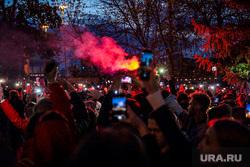Протесты против строительства храма Св. Екатерины в сквере у театра драмы. Екатеринбург, толпа, протест, сквер на драме, фонарики, свет