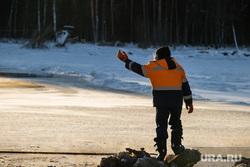 Восстановление переправы на реке Лямин, разрушенной ледоходом. Сургут, рабочий на переправе