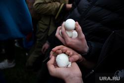 Акция против строительства собора святой Екатерины на Октябрьской площади. Екатеринбург, яйцо куриное