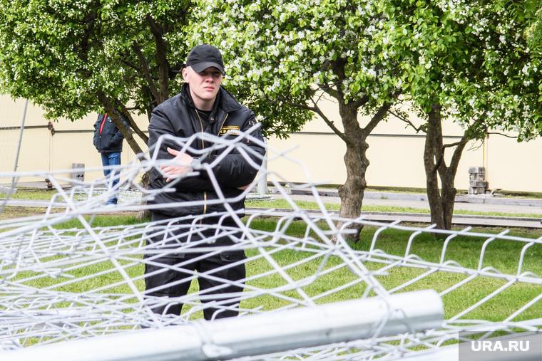 Александр Высокинский в сквере на Октябрьской площади. Екатеринбург