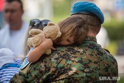 День воздушно-дестантных Войск. Сургут, вдв, отец с ребенком, голубые береты, ребенок на руках