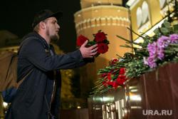 Мемориал памяти в Александровском саду по погибшим во время массовой стрельбы в Керченском политехническом колледже. Москва, возложение цветов, город герой керчь, мемориал, память