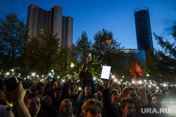 Третий день протестов против строительства храма Св. Екатерины в сквере у театра драмы. Екатеринбург, правительство свердловской области, толпа, фонарики