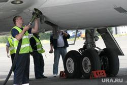 Аэропорт, споттинг. Курган, самолет, шасси, техническая служба, обслуживание самолета