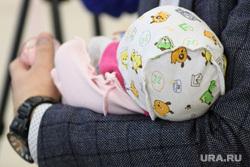 Вручение семье Плаксиных свидетельства о рождении дочери. Екатеринбург, младенец, ребенок на руках
