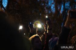 Третий день протестов против строительства храма Св. Екатерины в сквере у театра драмы. Екатеринбург, сквер, фонарики, свет, протесты, сквер на драме