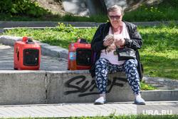 Виды Екатеринбурга, генератор, пожилая женщина, считает деньги, пенсионерка