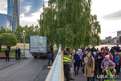 Восьмой день протестов против строительства храма Св. Екатерины в сквере около драмтеатра. (демонтаж забора) Екатеринбург, сквер на драме, демонтаж забора