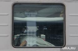 Подготовка поезда дальнего следования к рейсу: проводница в пассажирском вагоне. Екатеринбург, путешествие, поездка, железная дорога, отпуск, окно, пассажиры, плацкарт, пассажирский поезд