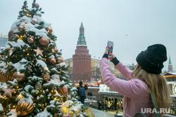 Новогодняя Москва. Москва, новогодняя елка, кремль, снимает на телефон, новый год, иллюминация, манежная площадь, манежка, арсенальная башня, угловая