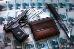 Клипарт по теме Насилие. Москва, убийство, кошелек, пм, ограбление, нож, пачка денег, криминал, преступление, бандитизм, разбой, братки, киллер, оружие, пистолет, макаров, разборки, стрелка, деньги, купюры, тысячные, заказное убийство, молодежные банды