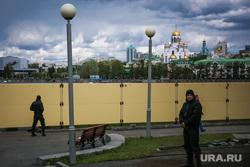 Шестой день протестов против строительства храма Св. Екатерины в сквере около драмтеатра. (внутри сквера) Екатеринбург, храм на крови, город екатеринбург, забор, сквер на драме