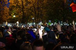 Третий день протестов против строительства храма Св. Екатерины в сквере у театра драмы. Екатеринбург, сквер, толпа, протесты, сквер на драме, свет, фонарики