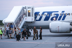 Беженцы с Украины. Сургут, аэропорт сургут, ютейр, высадка пасажиров, самолет, utair, трап самолета, ютэйр