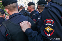 Акция правозащитника Льва Пономарева у здания ФСБ на Лубянской площади. Москва, полиция, полицейский шеврон