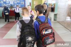 Визит врио губернатора Шумкова в Звериноголовский район Курган, школьники, школа, ученики, перемена, школьные ранцы, ученики с портфелями