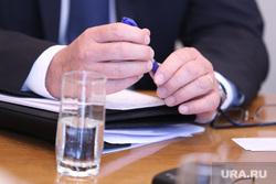 Визит чешских инвесторов на Курганскую ТЭЦ-2. Курган, руки, стакан воды, шариковая ручка