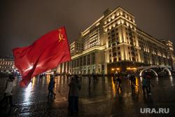 Москва, разное. Москва, красный флаг, город москва, флаг ссср, гостиница москва, манежная площадь, four seasons, вечер, дождь