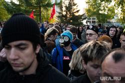 Акция против строительства собора святой Екатерины на территории сквера у Театра драмы. Екатеринбург, противогаз, протест, толпа