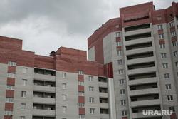 Лог , на месте которого хотят построить общежитие ТюмГУ. Покосившийся дом по ул. Беляева, который не могут сдать в эксплуатацию. Тюмень, новостройка