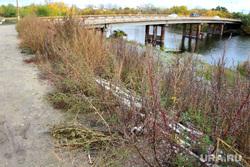 Набережная реки Тобол Курган, кировский мост, набережная тобола, бурьян