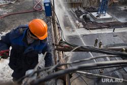 Пожар напротив косульств США и Украины. Екатеринбург , крыша, тушение огня, рабочий в каске